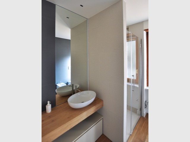 Une salle de bains lumineuse grâce au miroir