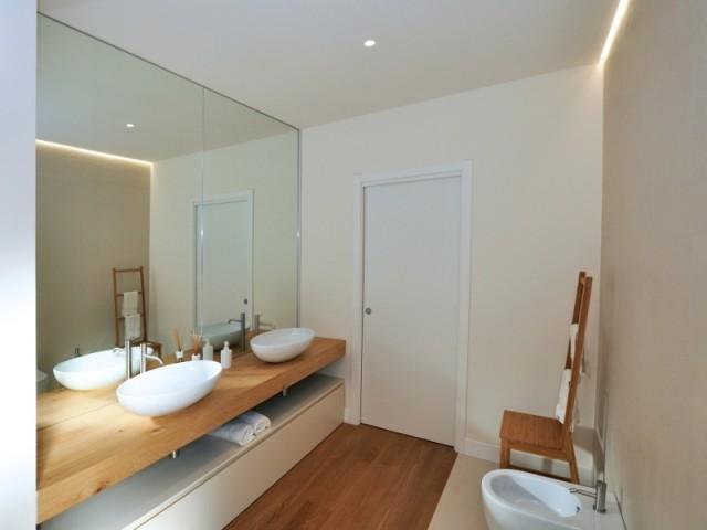 Des leds au plafond de la salle de bains