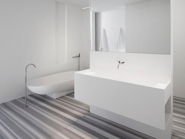 La salle de bain est indéniablement contemporaine