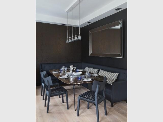 Une salle à manger avec banquette d'angle