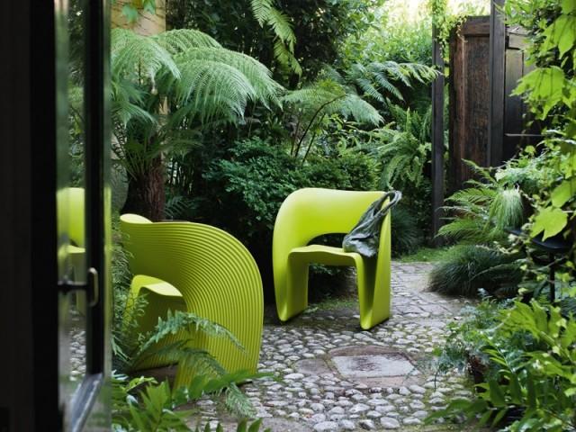 Des fauteuils verts pour un extérieur zen