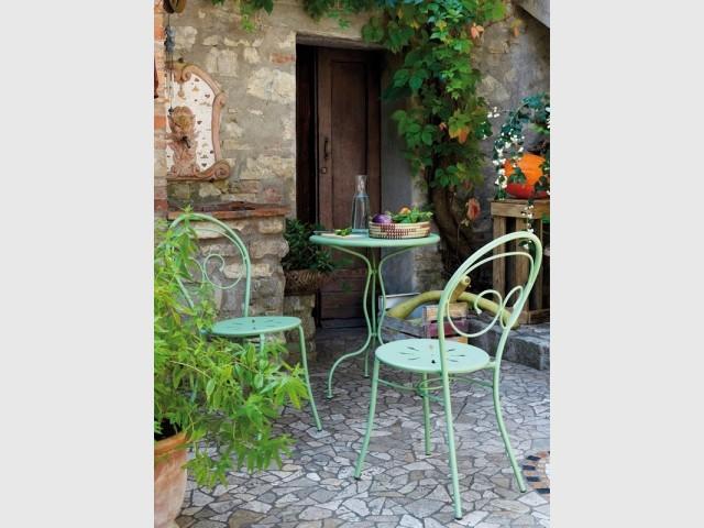 Un salon de jardin vert tendre pour un extérieur bucolique