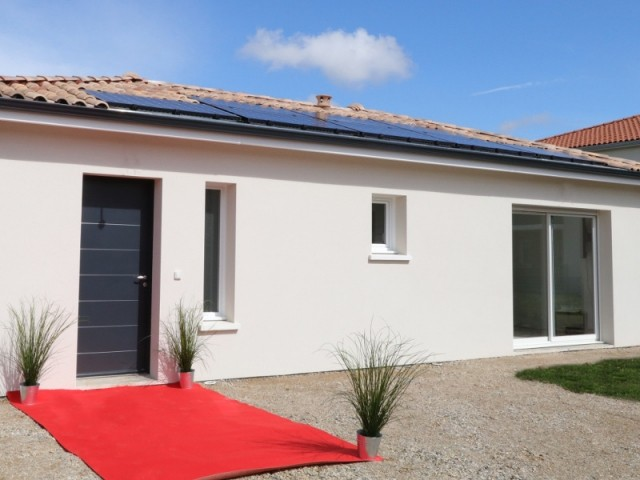 Une maison à énergie positive et panneaux solaires