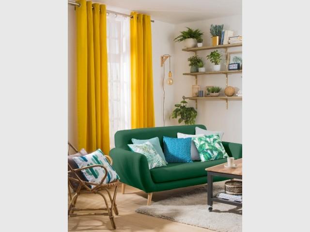 Un rideau jaune dans un salon tropical