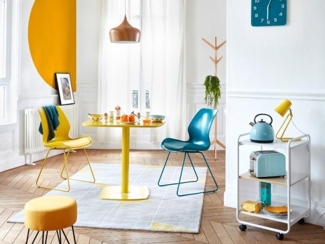 Du mobilier coloré à petit prix pour rehausser la déco du salon