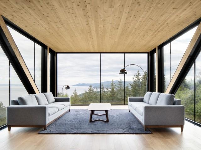 Un salon avec vue sur le fleuve Saint-Laurent