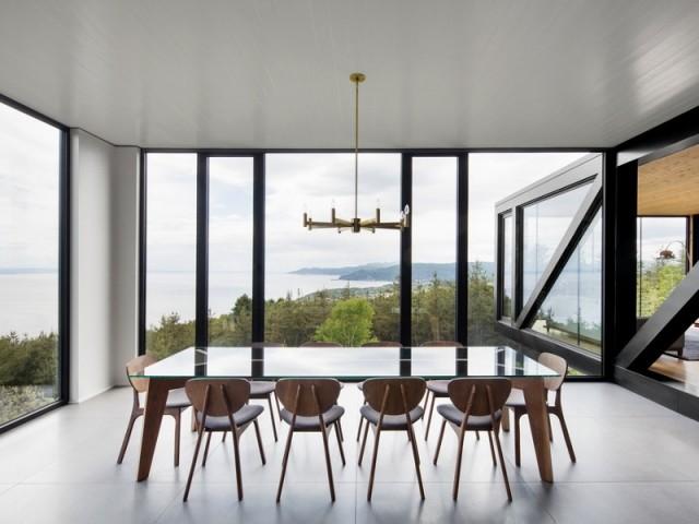 Une salle manger avec vue panoramique sur la nature