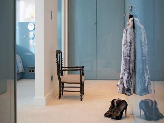 Une suite parentale avec dressing laqué bleu