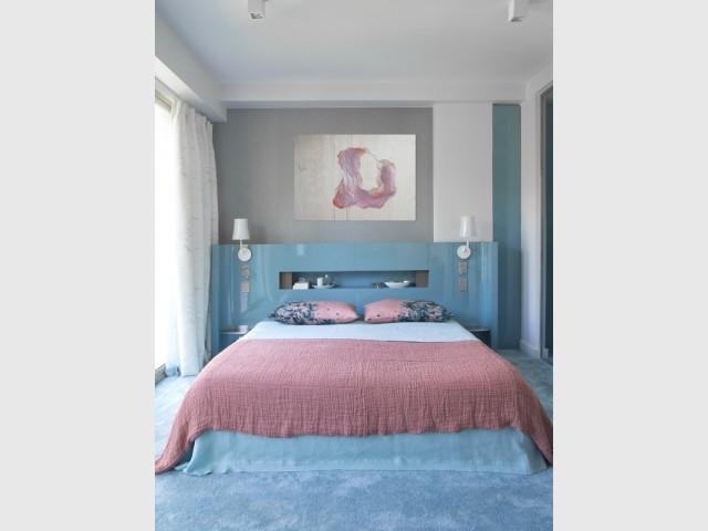 Coloris bleu glacier et vieux rose pour la chambre de la suite parentale