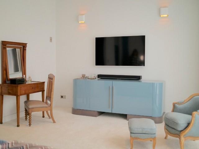 Un meuble TV sur-mesure dans la suite parentale