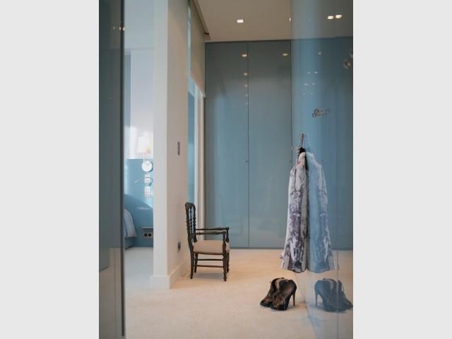 Une dressing sur-mesure toute hauteur aux portes laquées
