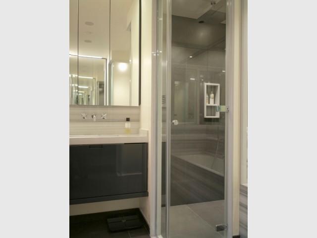 Une douche à l'italienne anthracite dans la salle de bains