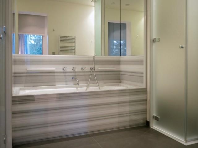 Une baignoire au coffrage en marbre olimpico striato