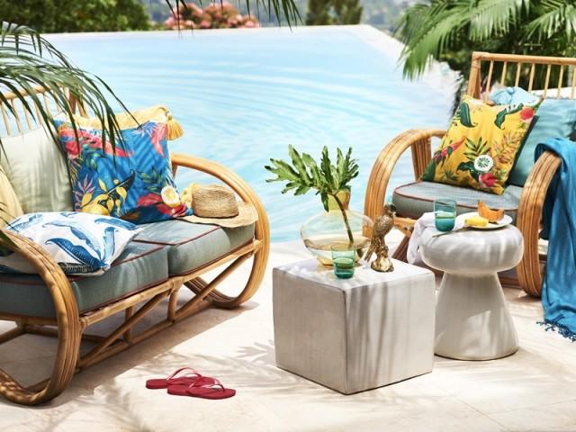Choisir des coussins colorés pour dynamiser sa terrasse