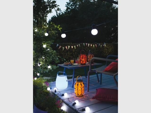 Jouer avec des luminaires d'extérieur pour égayer sa terrasse
