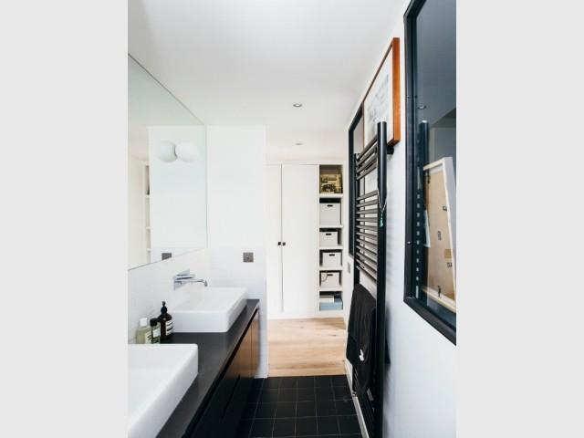 Une suite parentale avec salle de bains contemporaine