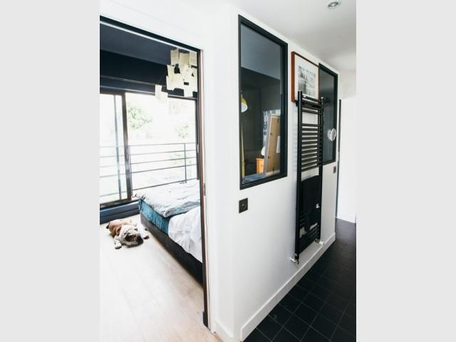 Une cloison vitrée pour séparer la chambre de la salle de bains