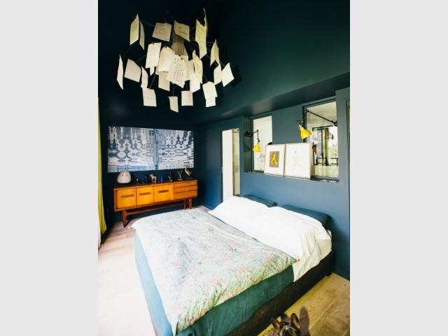 Une chambre bleu marine baignée de lumière