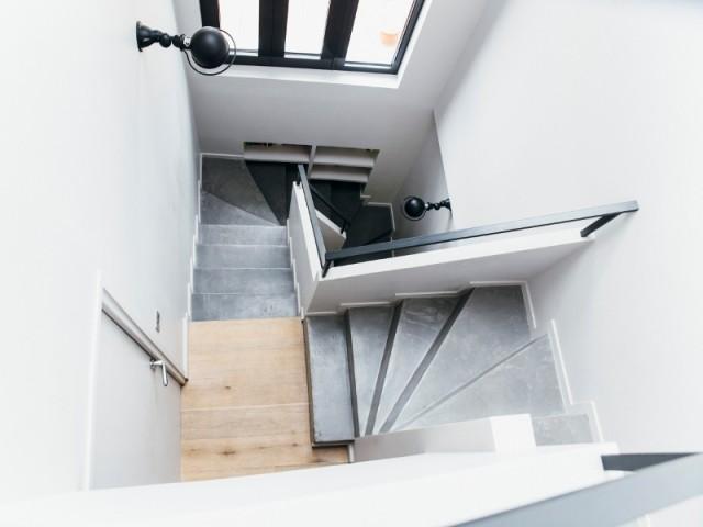 Un escalier en résine béton gris pour une touche industrielle