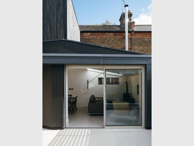 Des fenêtres de toit pour éclairer le salon dans l'extension