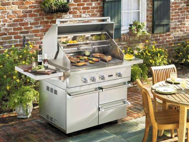 Un barbecue XXL pensé comme une cuisine d'extérieur