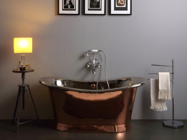 Une baignoire élégante en cuivre