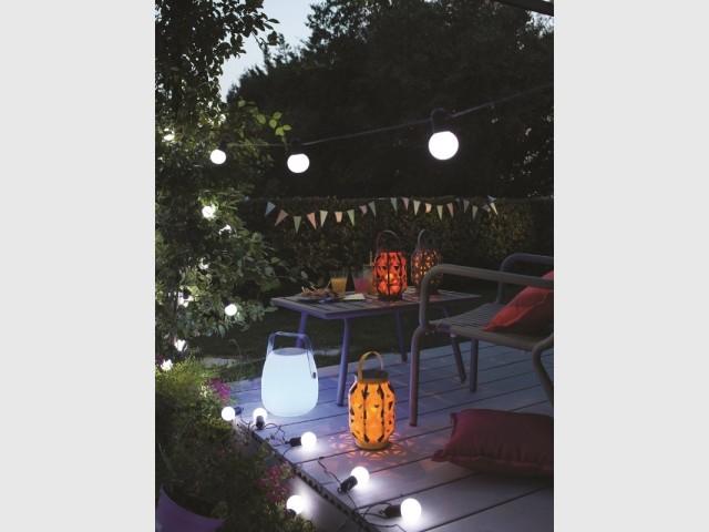 Guirlandes lumineuses et lanternes pour un jardin festif