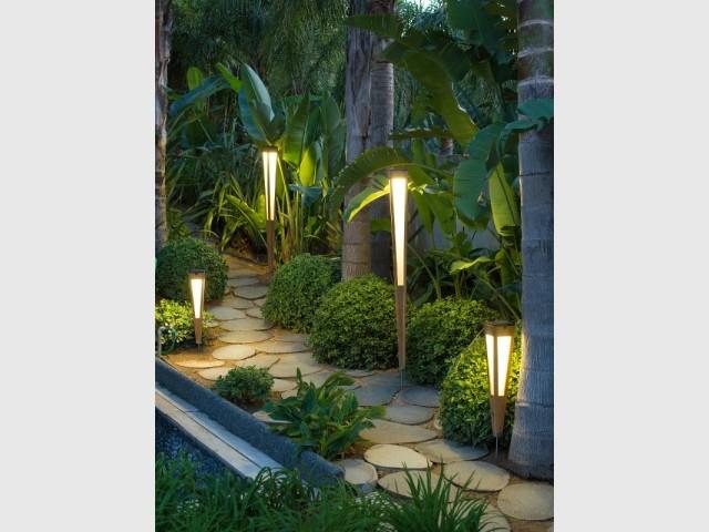 Des bornes lumineuses pour éclairer un chemin dans le jardin