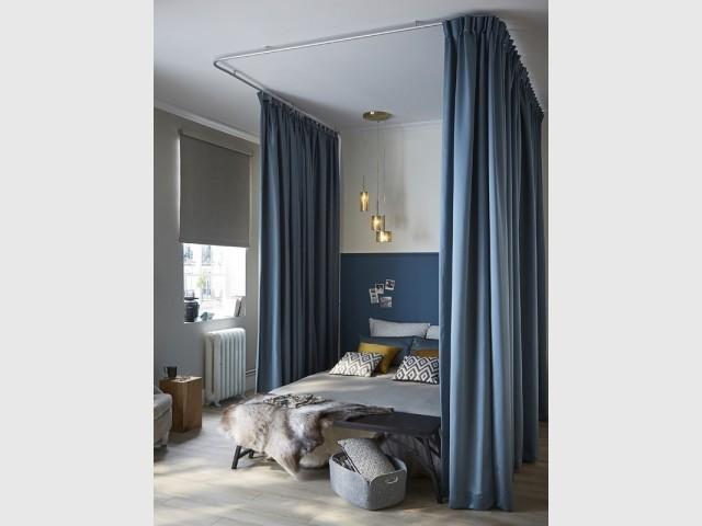 Des rideaux suspendus pour créer un lit à baldaquins