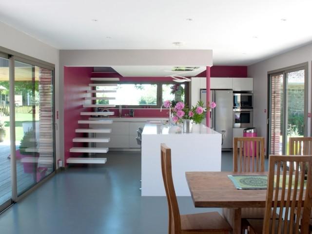 Au rez-de-chaussée, une pièce à vivre avec cuisine ouverte