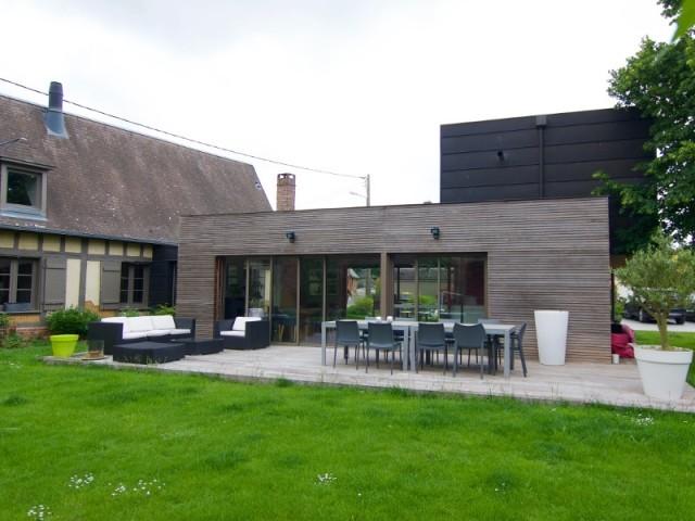 L'extension en deux blocs s'ouvre sur une terrasse