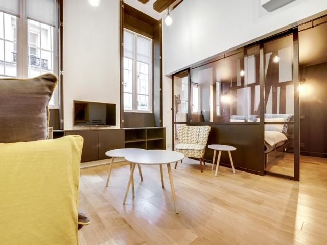Une chambre créée dans la pièce à vivre grâce à une verrière