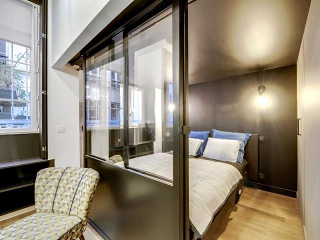 Une chambre petite mais équipée d'un dressing