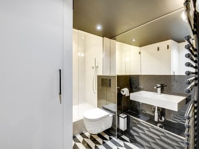 Après : une salle de bains moderne et fonctionnelle