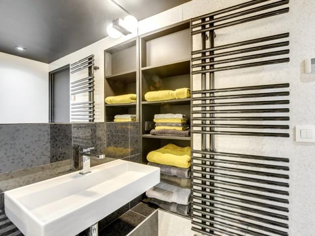 Une salle de bains à l'allure graphique