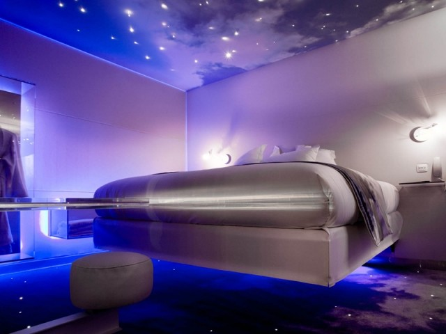Un lit suspendu dans les étoiles au Five Hotel à Paris