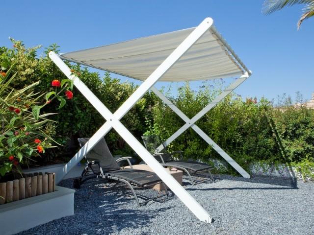 Un parasol modulaire sur pied en X