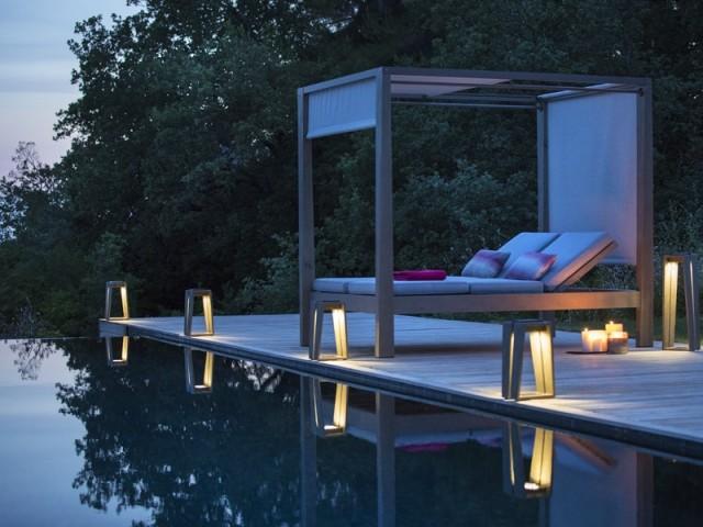 Un éclairage discret au bord de la piscine