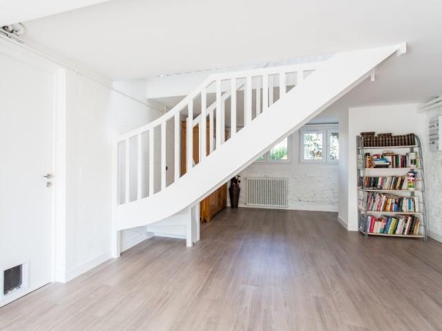 L'escalier a été repeint en blanc à partir du rez-de-jardin