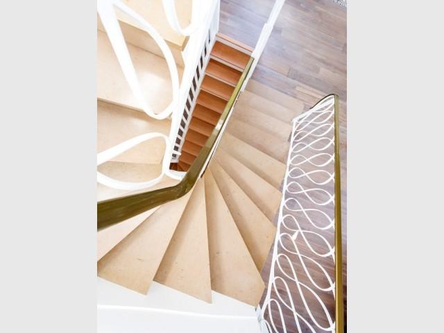 L'escalier, différent à chaque étage, est rendu homogène par la couleur blanche