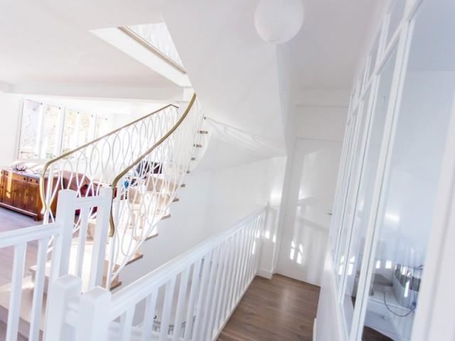 Près de l'escalier et du bureau, la porte de la chambre