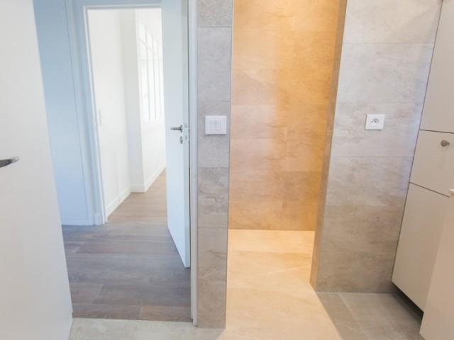 La salle de bains habillée de pierre de la suite parentale