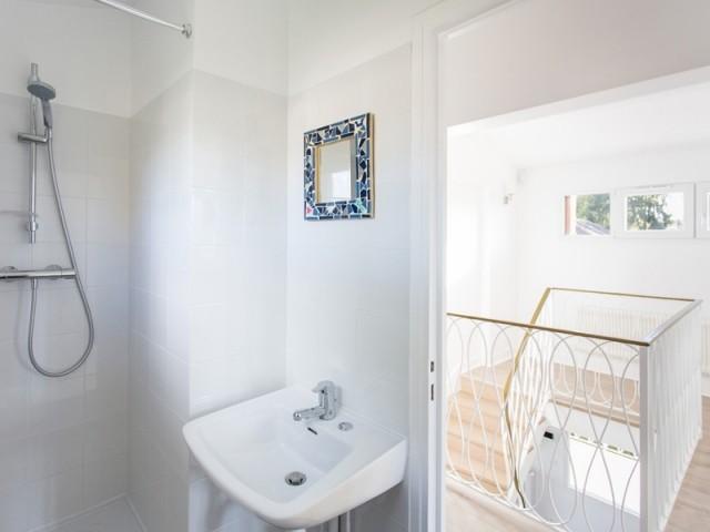 Au dernier étage, deux chambres et une salle de bains