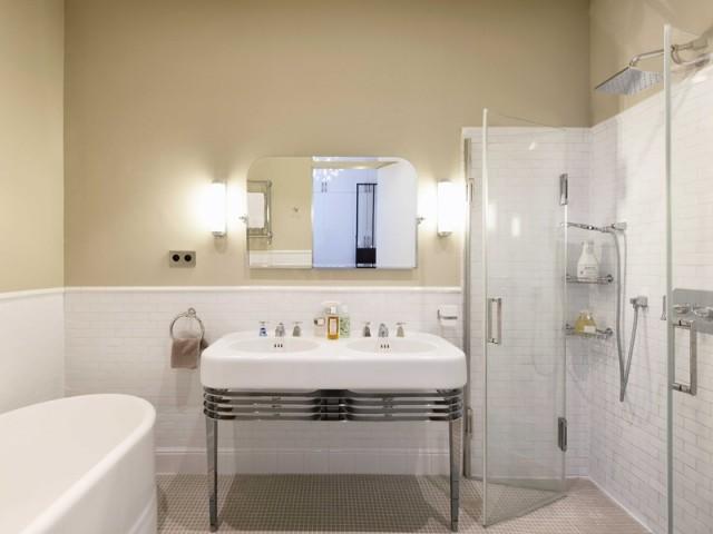La salle de bains parentale affiche un style rétro