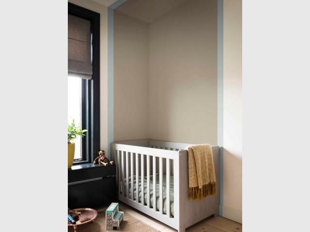 Une peinture grise pour symboliser l'espace nuit dans une chambre de bébé
