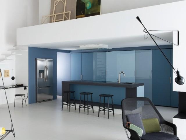 Une peinture bleue pour délimiter la cuisine