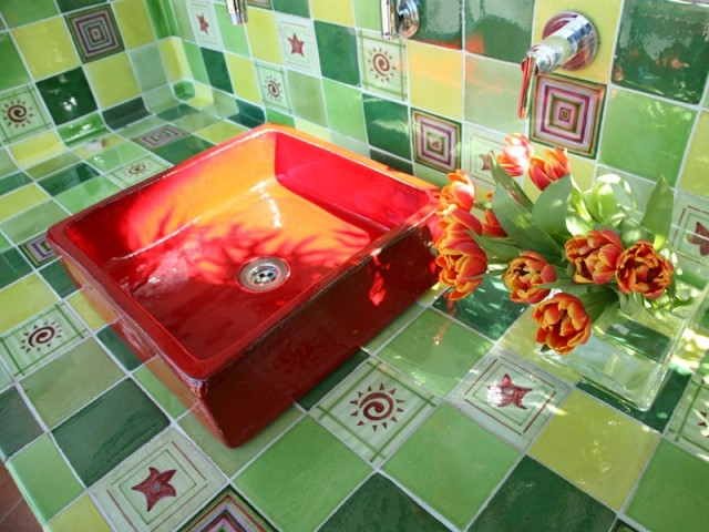 Une vasque à l'ancienne aux couleurs vitaminées