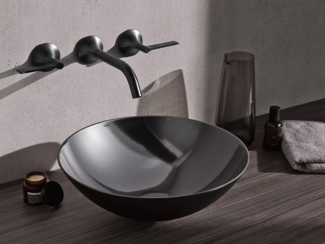 Une vasque tout de noir vêtue