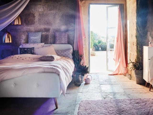 Une ambiance bohème grâce à des rideaux colorés