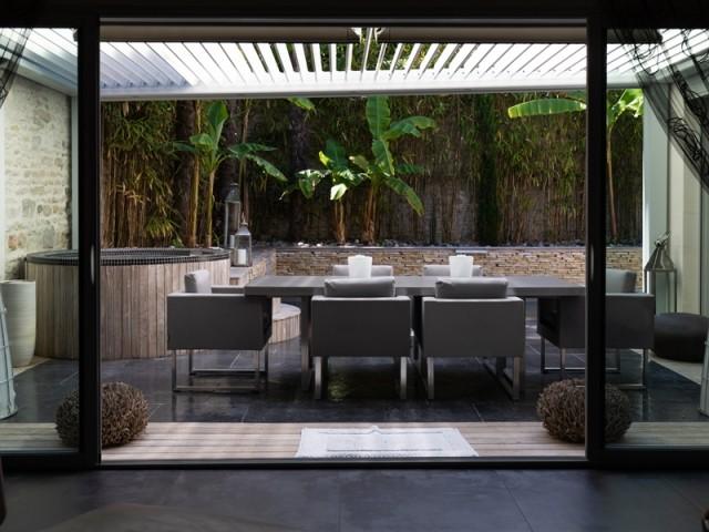 Une pergola parfaitement adaptée à la forme de la terrasse